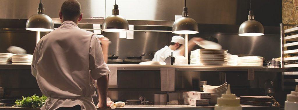 przygotowanie posiłku w kuchni