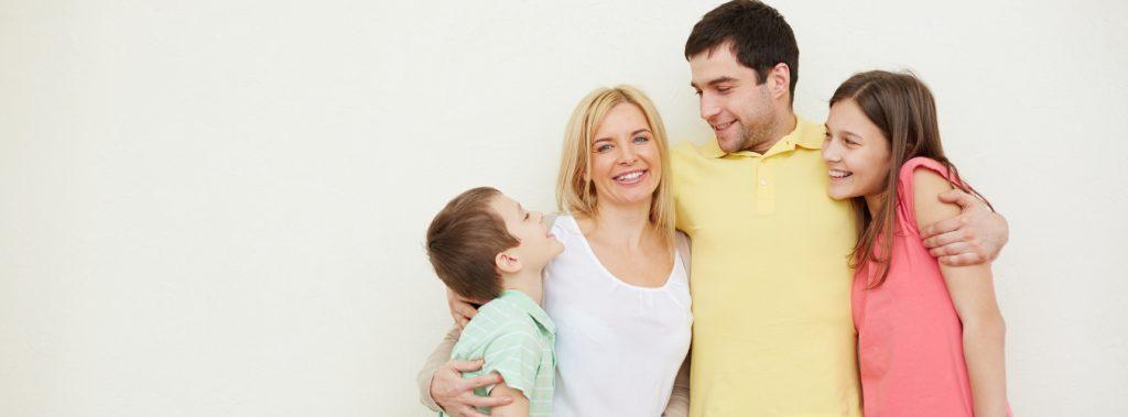 uśmiechnięta rodzina odmanganiacz wody