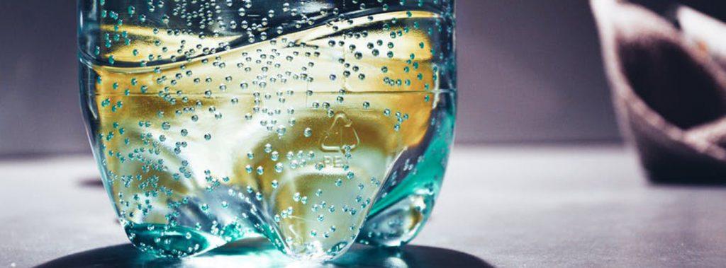 kolorowa szklanka z wodą i cytryną